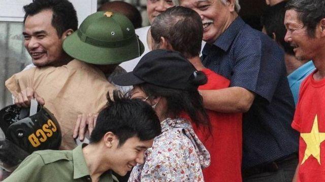 """Đại biểu Dương Trung Quốc vui mừng cùng người dân sau khi chính quyền và người dân """"đối thoại thành công"""" hôm 22/4"""