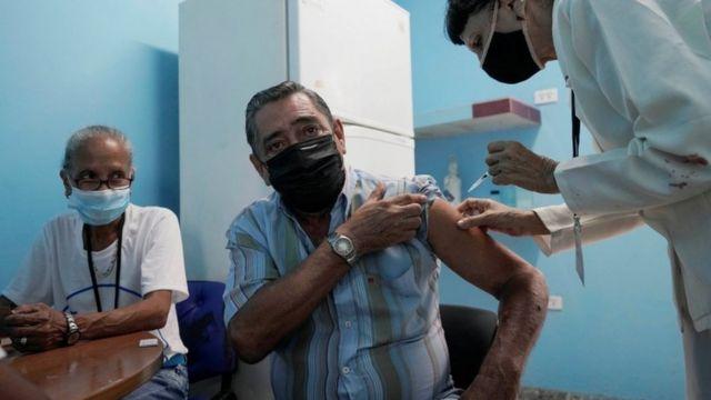 Havana'da aşı olan bir adam.