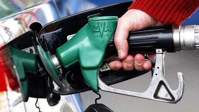 一名駕駛員在油站為車子加油