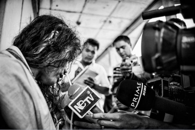 Иром Шармила окружена прессой. Фото сделано 13 июня 2013 года