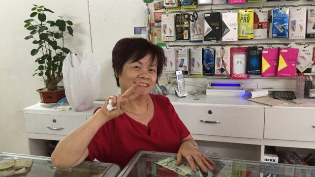 Li Zhong, procedente de Cantón, posa para una fotografía en su tienda en San José, Costa Rica.