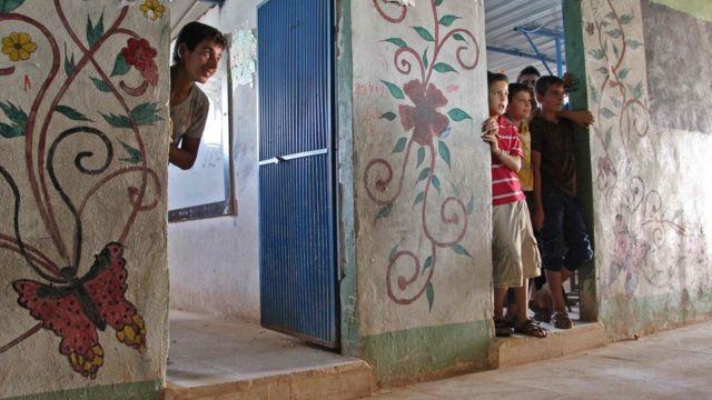 أطفال يعيشون في مدرسة في إدلب