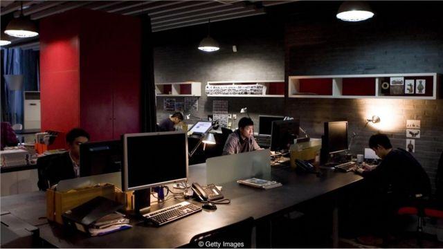 Trabalhadores no computador