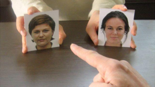 Dedo apuntando a un rostro entre varias fotografías