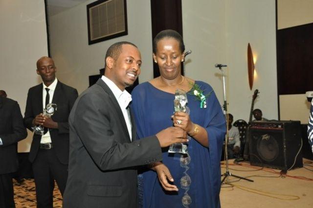 Kizito ahabwa igihembo