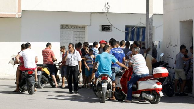Curiosos foram à casa onde motorista teria vivido em Msaken, na Tunísia