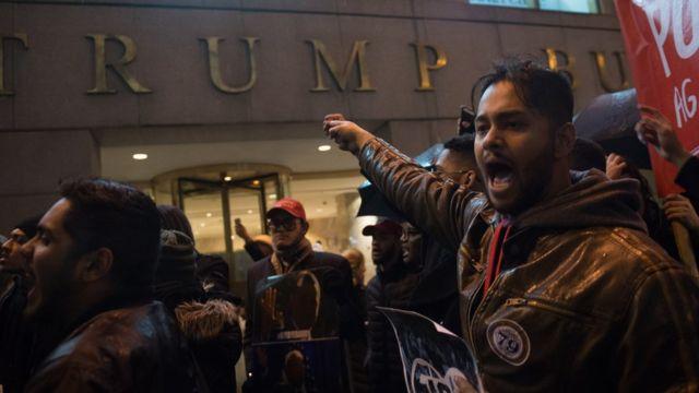 Manifestante en Torre Trump