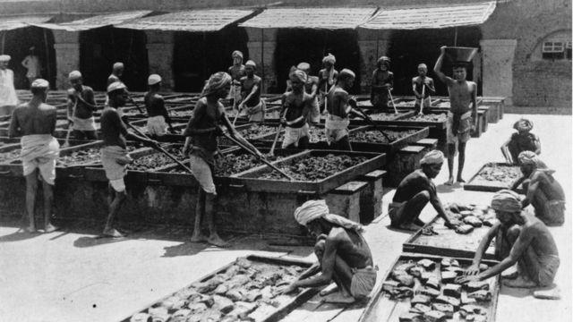 Indios haciendo opio