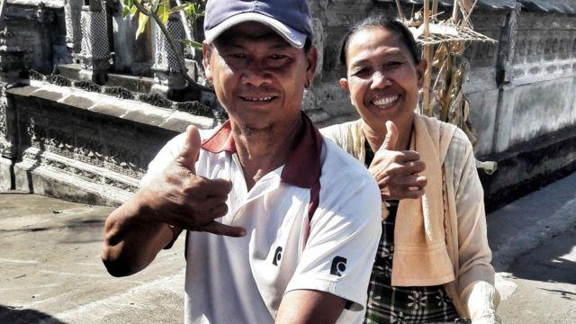 Imagem mostra homem e mulher de vila na Indonésia se comunicando pela linguagem de sinais chamada Kata Kolok