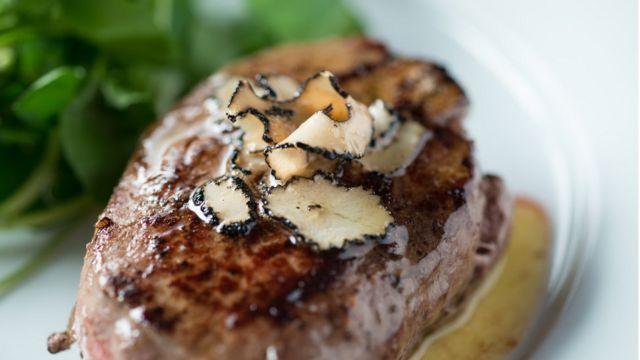 Кусок мяса с порезанными трюфелями