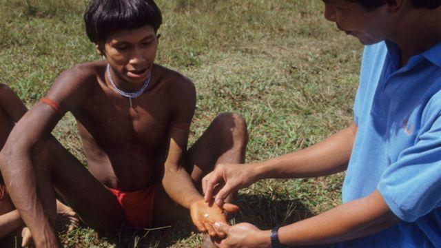 Indígena recebe comprimido de ivermectina