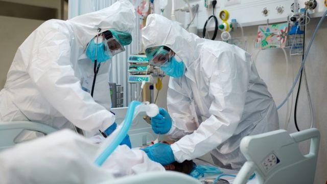Profissionais da saúde fazem intubação em paciente internado