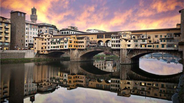 72-річний художник на флорентійському мосту Понте-Веккьо раптом відчув, що за ним стежать ... міжнародні авіакомпанії