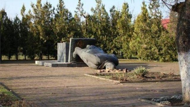 """Від """"ленінопада"""" Чопська бронзова статуя Леніна не постраждала, стверджує заступник мера міста"""