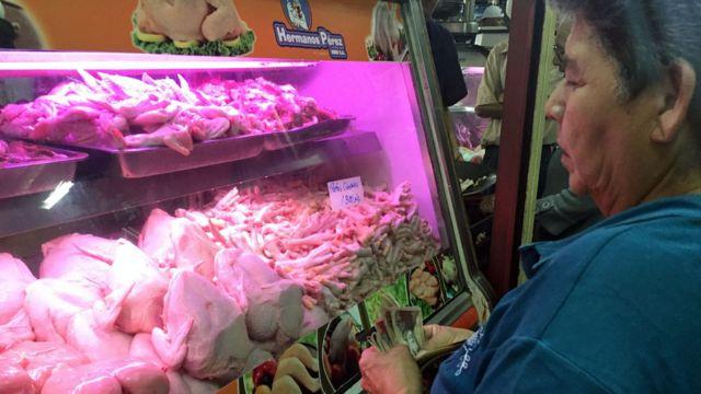 Venezolana compra patas de pollo.