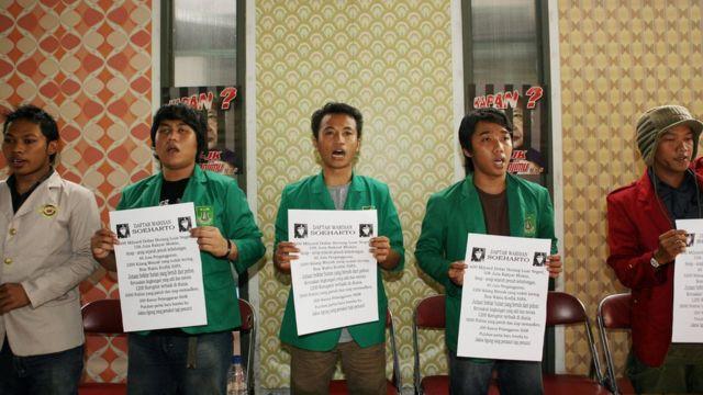 Sejumlah elemen pro demokrasi dan mahasiswa masih terus menuntut petanggungjawaban Suharto