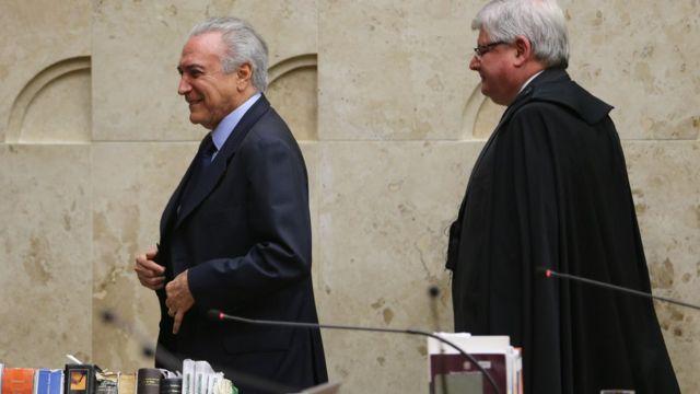 Michel Temer caminha à frente de Rodrigo Janot