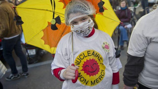 """Une femme porte un t-shirt sur lequel on peut lire """"Energie nucléaire, non merci"""" lors d'une manifestation antinucléaire en France après la catastrophe nucléaire au Japon, le 20 mars 2011."""
