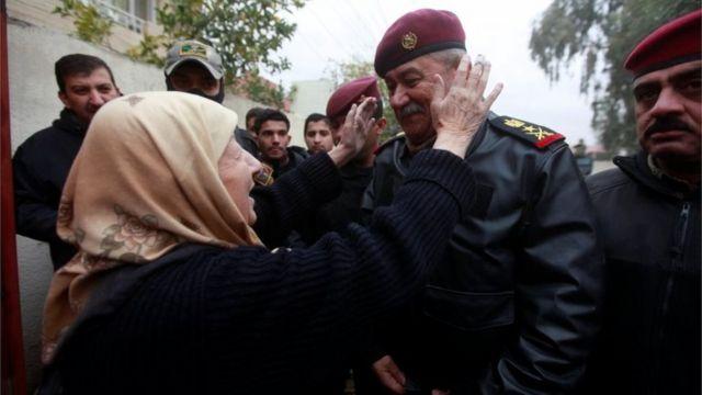 القوات العراقية وسط مدنيين