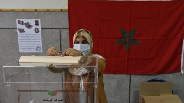 سيدة تصوت في انتخابات المغرب 2021