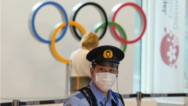Un policía en Tokio