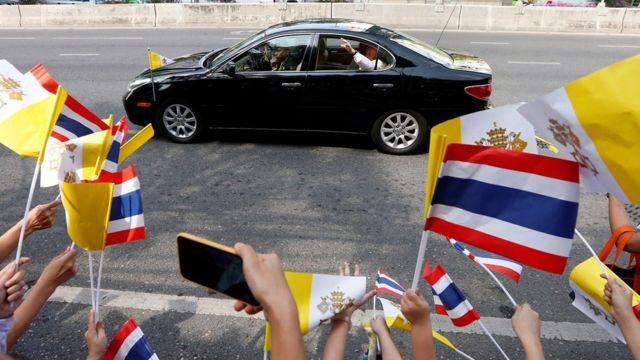 สมเด็จพระสันตะปาปาฟรานซิส เสด็จถึงประเทศไทยเวลา 12.30 น. ของวันที่ 20 พ.ย. 2562 โดยมีประชาชนไปเฝ้ารับเสด็จอย่างเนื่องแน่น