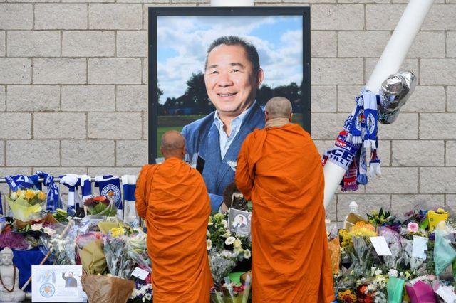 英超俱樂部萊斯特城(Leicester City)老闆維猜·斯裏瓦塔那布拉帕(Vichai Srivaddhanaprabha)的直升機在俱樂部場地外墜毀,人們表示哀悼。