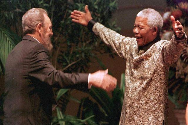 Castro s'est joint à l'Afrique du Sud dans la lutte contre l'apartheid. En 1990, après 27 ans de prison, Mandela s'est rendu à Cuba pour exprimer sa gratitude. Ici en 1998