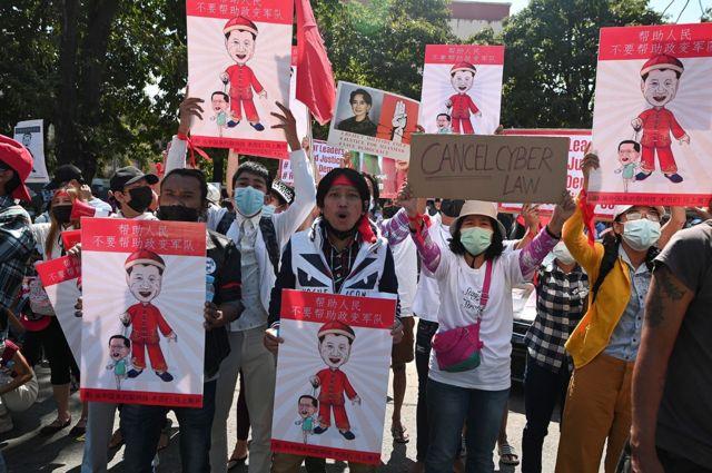 成百上千的缅甸反政变示威者在中国驻该国大使馆前示威。
