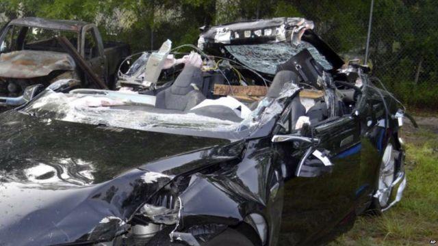 Auto Tesla chocado