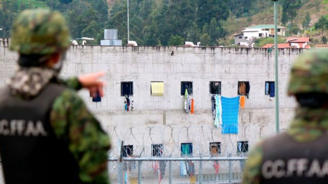 سربازان مقابل زندان 'توری' که درگیری همزمان در آن و سه زندان دیگر فوریه گذشته ۷۹ کشته به جا گذاشت