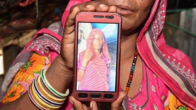 Mulher mostra foto de Shantadevi Nath, na tela do celular. Indiana foi morta por multidão que acreditava que ela pretendia seqüestrar crianças, nos arredores de Ahmedabad, no estado de Gujarat, na Índia. O caso foi registrado em 27 de junho de 2018 e levou a polícia a pedir a à população que não acreditasse em falsos rumores espalhados pelo WhatsApp.