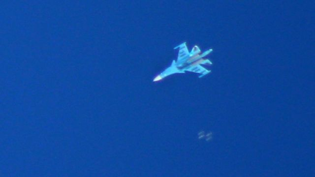 İdlib'i Cuma sabahı bombalayan Rus Sukhoi Su-34 tipi savaş uçağı, bombaları fırlatırken böyle görüntülendi