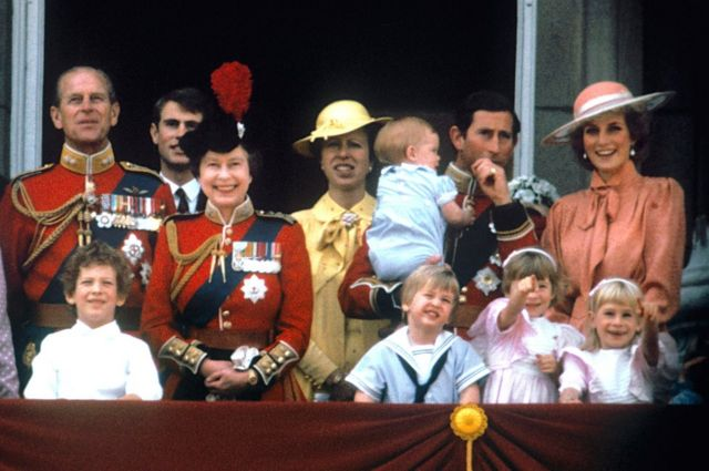 أمير ويلز تشارلز مع زوجته الأميرة الراحلة ديانا، والأميران هاري ووليام، ودوق إدنبره، والأمير إدوارد، والملكة إليزابيث الثانية والأميرة آن على شرفة قصر باكنغهام، في لندن لمشاهدة عرض جوي