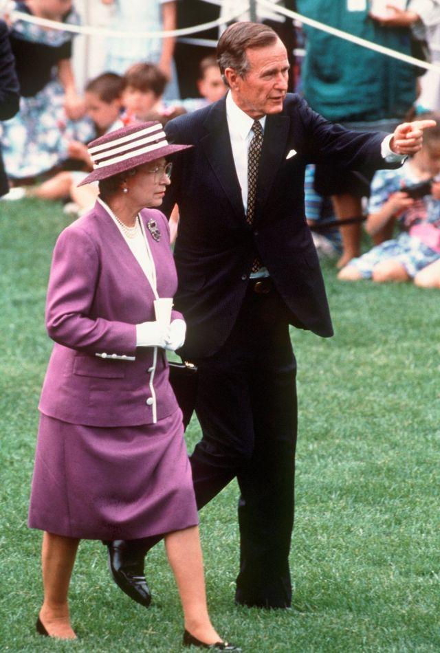 ملکه الیزابت پر ۱۹۹۱ کال واشنګټن کې له پلار جورج بوش سره