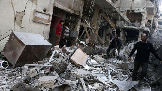 Une rue bombardée à Douma, en Syrie