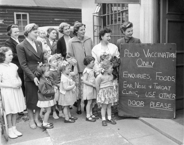 Коли в середині 1950-х з'явилася вакцина від поліомієліту, на щеплення вишикувалися черги
