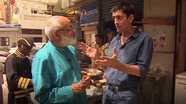 Justin Rowlatt gets lessons on how to make samosas from Pushpesh Pant