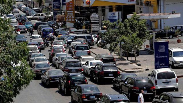 يقف اللبنانيون في طوابير طويلة حتى يحصلوا على الوقود في خضم وضع اقتصادي على شفا الانهيار