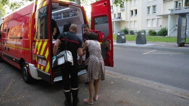 Пожарные в городе Тур оказывают помощь женщине. которой стало плохо на улице