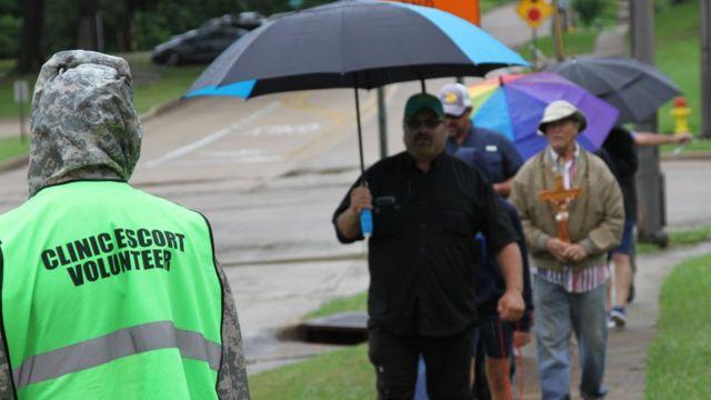 志願者與抗議者對峙