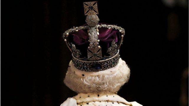 британская королева со спины