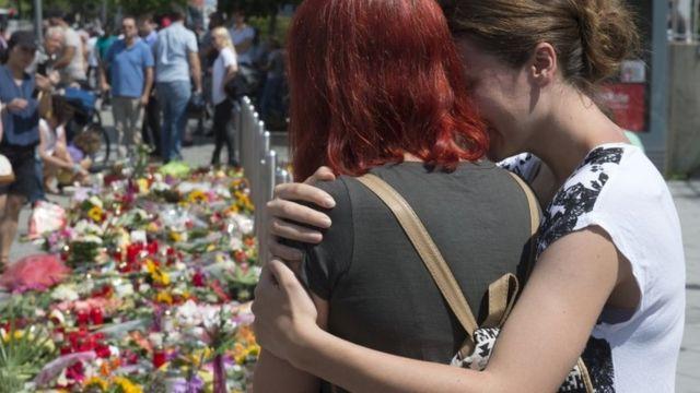 Pessoas continuam colocando flores e homenagens no local dos tiroteios em Munique