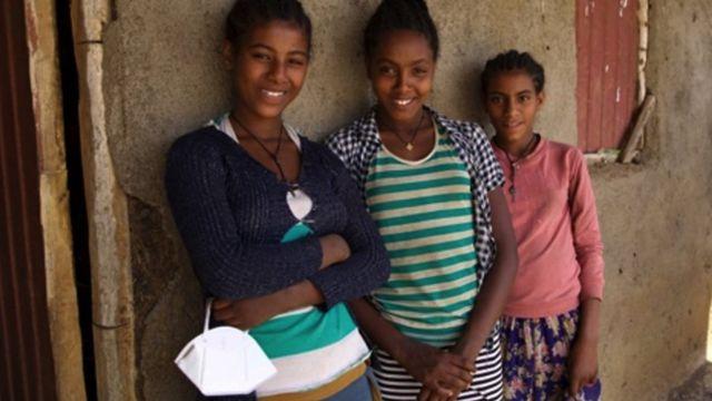 Abeda (solda) ve Mekdes (ortada), arkadaşları Wude ile - hepsi erken yaşta evlilikten kaçınmayı başardı