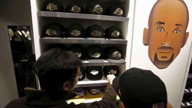 Ibirango biriho izina rya Kobe Bryant byagurishijwe cyane mu iduka riri kuri sitade ya Staples Center