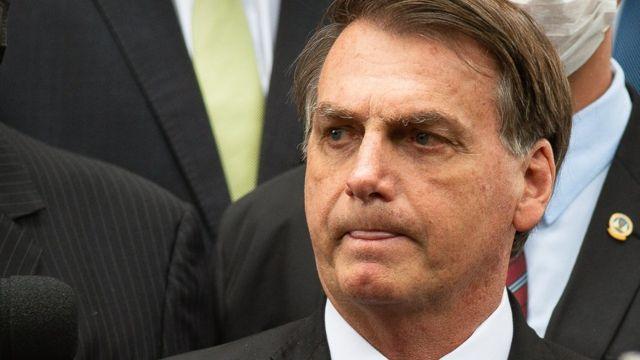 Jair Bolsonaro fechando a boca