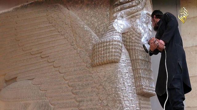Militante Estado Islâmico desfigura estátua de Lamassu