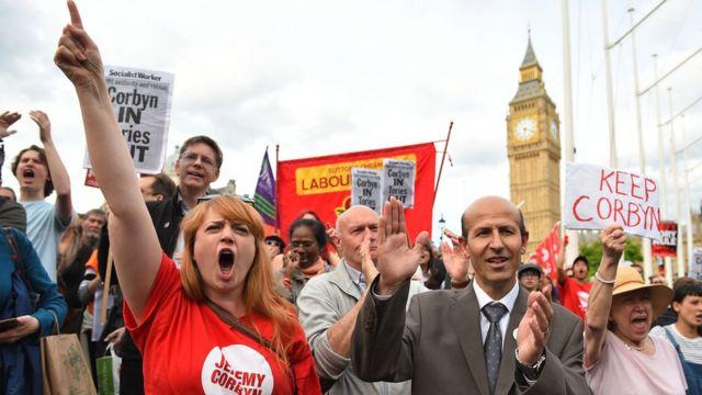 Los seguidores de Corbyn realizaron el lunes una manifestación a favor de Corbyn.