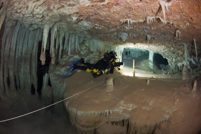 洞窟ダイバーは、水面まで続く綱を常に設置しておかなければならない