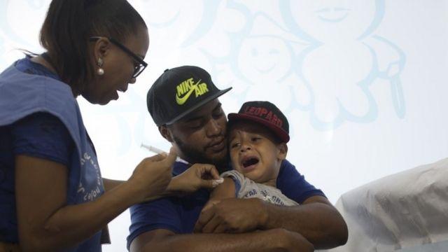H1N1型インフルのワクチン接種を受ける男の子(4月25日)